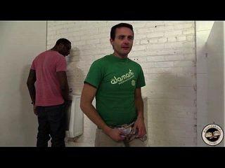 एडवेन पार्कर एक काले आदमी को एक टॉयलेट में भेजता है