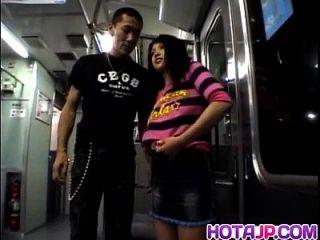 अया मत्सुकी लगभग सबवे यात्रा में अंधेरे में अजनबी से गड़बड़ होती है