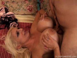 सुंदर बड़े स्तन Milf Fucks एक भाग्यशाली युवा लड़का