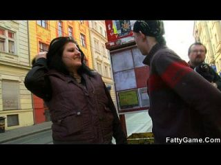 फैटी उसे ट्राम बंद और Fucks से उठाता है