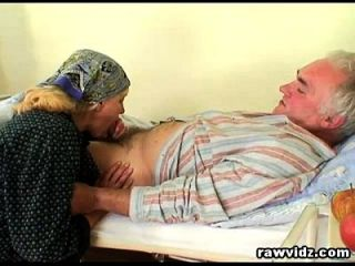 शरारती गर्म नर्स पुराने रोगी को रखी जाने में मदद करता है