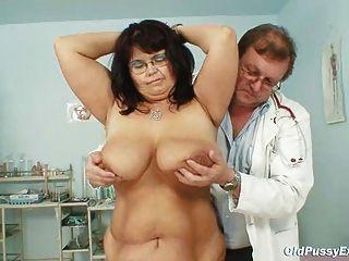 संचिका परिपक्व औरत डेनिएला स्तन और परिपक्व बिल्ली Gyno परीक्षा