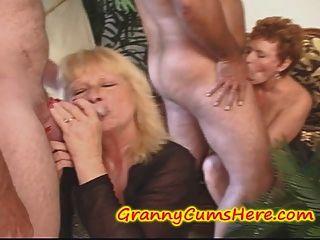 झूल Grannies, क्रीम पाई खाने और कुछ युवा लड़कियों