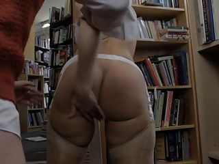 ब्रिटिश फूहड़ Paige स्टॉकिंग्स में किताबों की दुकान में गड़बड़ हो जाता है