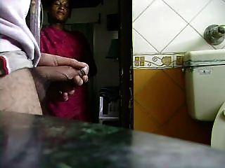 भारतीय नौकरानी देखता है उसे बंद जैक