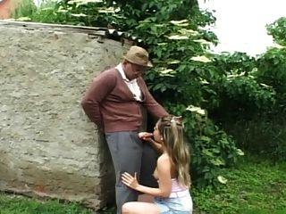 बगीचे में ... यूएसबी बूढ़े आदमी बकवास लड़की
