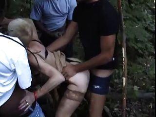 फ्रेंच Slutty नानी सड़क पर Gangbanged