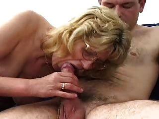 चश्मा में सुनहरे बालों वाली दादी लड़के Fucks