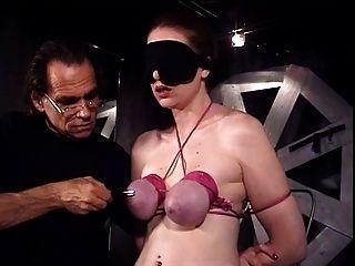 उसके स्तन भी उसके मालिक से बंधे आंखों पर पट्टी और घिरा गुलाम कैथरीन गया है