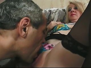 चश्मा और फीता शीर्ष मोज़ा Fucks में गोरा दादी