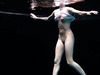 पानी के नीचे लचीला व्यायाम