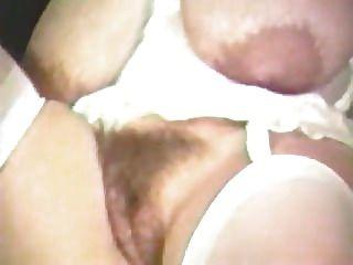 गायक मधु बने उसके बड़े स्तन Milks