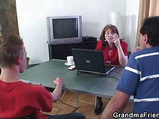 गौ परिपक्व महिला एक बार में दो मोटी लंड लेता है