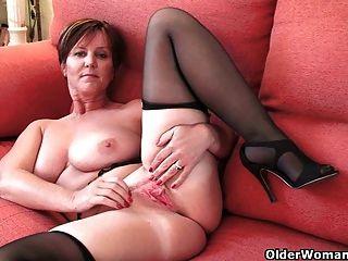 ब्रिटिश एमआईएलए खुशी उसके बड़े स्तन और गर्म पिछाड़ी उजागर