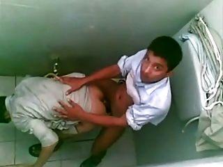 अरब लड़कों सार्वजनिक शौचालय
