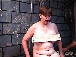मोटी औरत पुराने गुरु के साथ उसके स्तन कालकोठरी खेल में लकड़ी में पकड़ा जाता है