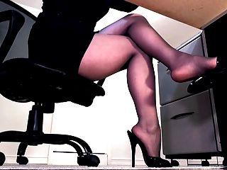 सेक्सी Pantyhose पैर और Peeptoe खच्चर लटकना