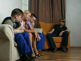 पत्नी, पति, और दो श्रमिकों