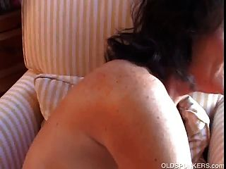 अच्छा बड़े स्तन के साथ भव्य शौकिया कौगर एक धूम्रपान तोड़ दिया है