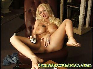गर्म गोरा एंजेलीना वेब कैमरा के सामने उसे बिल्ली खेलने