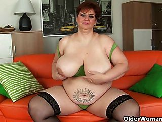 भारी स्तन के साथ कामुक बूढ़ी औरत एक Dildo Fucks