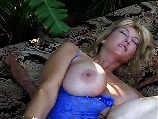 माँ के साथ आउटडोर सेक्स दृश्य।