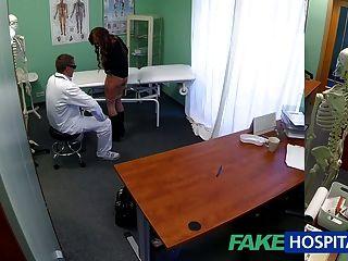 Fakehospital किशोरों की मॉडल Cums टैटू हटाने के डॉक्टर का आनंद