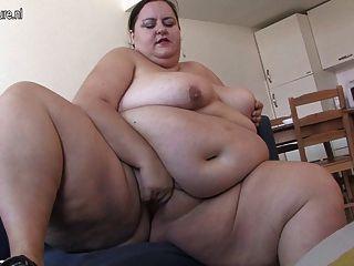 बहुत मोटी औरत खुद से कामुक हो रही प्यार करता