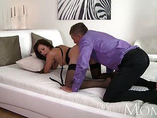 काले मोज़ा में माँ सेक्सी Milf उसे बिल्ली बढ़ा हो जाता है
