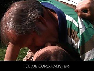 बूढ़े आदमी एक आकर्षक Nympho किशोर द्वारा गड़बड़ हो जाता है