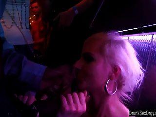 गोरा पार्टी लड़की क्लब में गड़बड़ हो जाता है