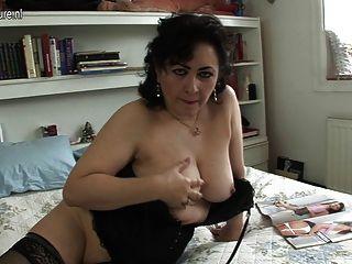 सेक्सी परिपक्व चाची उसे बिल्ली के साथ खेलने के लिए प्यार करता है