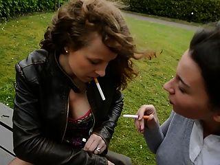 2 समलैंगिक Sluts जांघ उच्च जूते और स्तन में बेंच पर धूम्रपान