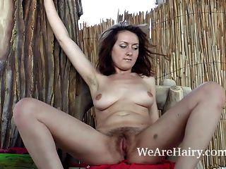 सैंडी एक पेड़ के स्थान पाता है और नग्न बाहर स्ट्रिप्स