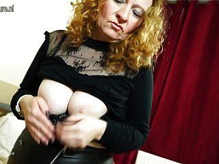 कामुक ब्रिटिश परिपक्व औरत खुद के साथ खेल