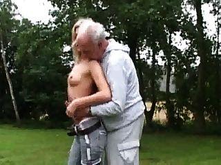 कामुक गोरा Fucks बूढ़े आदमी