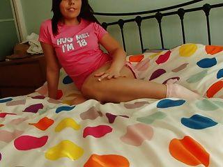 युवा श्यामला उसकी बकवास खिलौना के साथ बिस्तर में एकल नाटकों