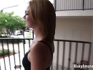 सुंदर लड़की के अगले दरवाजे सड़क पर उसे सेक्सी शरीर के साथ खेलता है