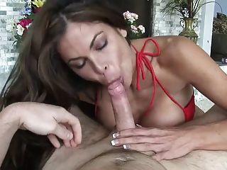 सुंदर लड़की बड़े स्तन और कौशल है