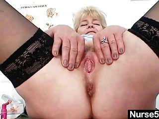 वृद्ध महिला गोरा प्राकृतिक स्तन और Dildo कौशल से पता चलता है