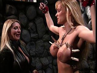 बड़े स्तन गोरा Teases उसे सेक्सी दास के स्तन