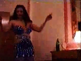 मिस्र के पेट नर्तकी उसके सामान कर रही है