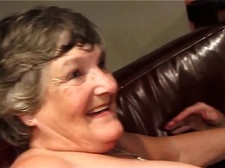 दो वसा Grannies युवा स्टड द्वारा Gangbanged