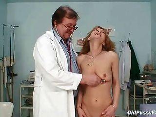 गांठदार चिकित्सक द्वारा स्कीनी Milf Gyno क्लिनिक परीक्षा