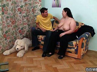बड़ी लड़की सोफे पर टक्कर लगी है