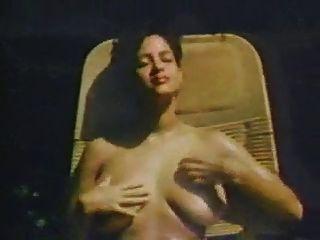 बड़ी प्राकृतिक स्तन रेट्रो श्रृंखला