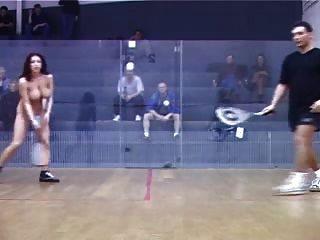 बेशर्म महिला पुरुषों भीड़ के सामने टेनिस नग्न खेलने