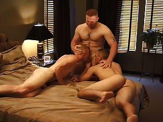 एक होटल के कमरे मज़ा में तीन पुरुषों