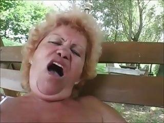 बालों दादी एफी गुदा आउटडोर