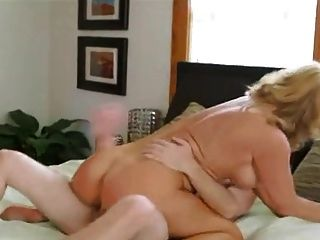 चौंकाने वाली बूढ़ी औरत युवा मुर्गा प्यार करता है